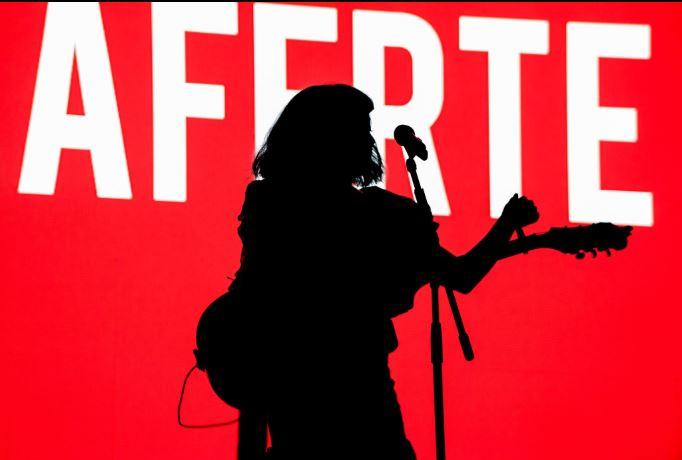 Los fans gritando 'Interpol,  Interpol' en la presentación de Mon Laferte