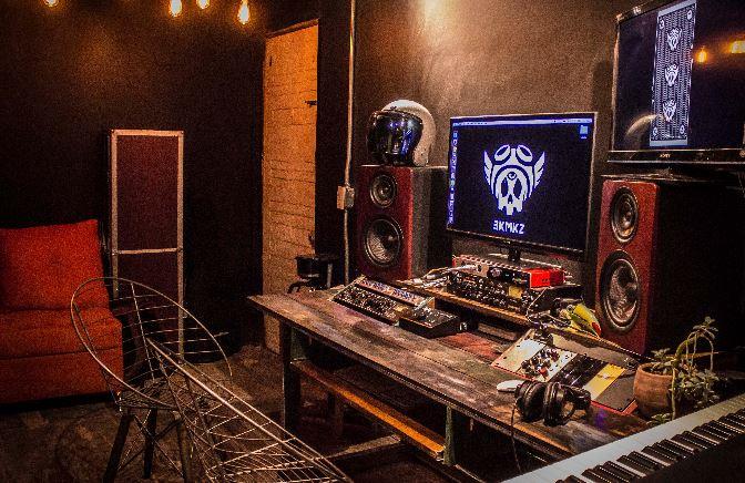 Adaptan contendedores como estudio musical y crean un hit en tiempos de pandemia