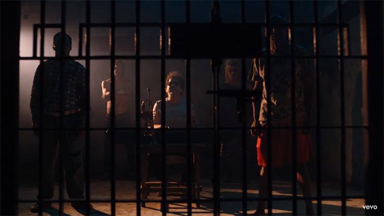Andrés Calamaro Tránsito Lento - La rebelión de las minorías, Andrés Calamaro, minorías, racismo, cárcel, celda, paraguayo, indígena, judíos, transexuales, negros, muerte