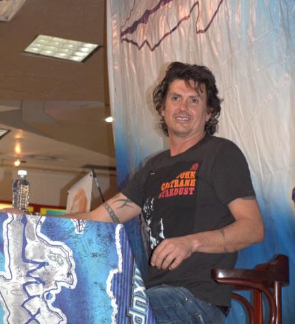 SAUL HERNANDEZ Regalo autógrafos por casi 8 horas.
